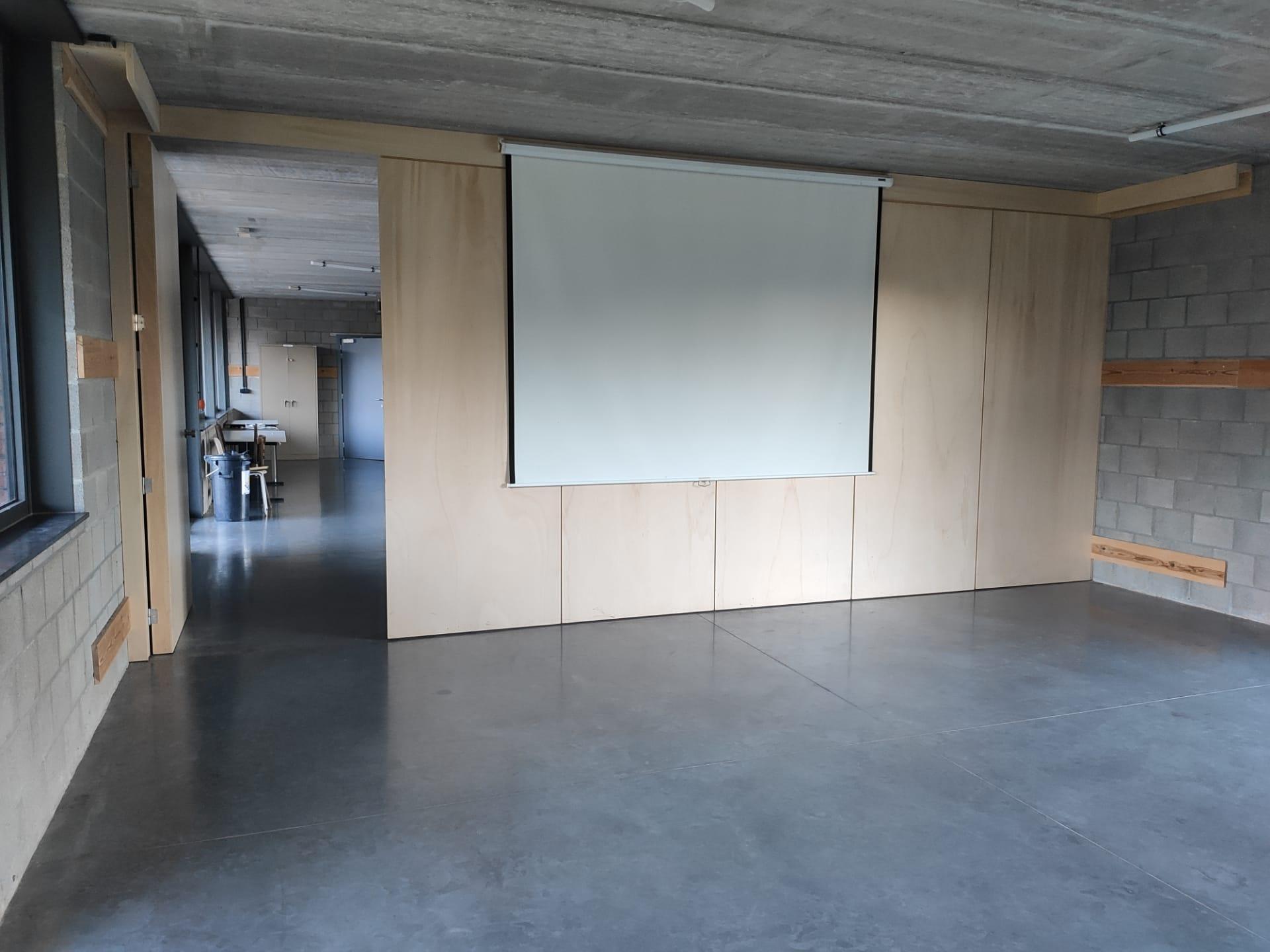 deugnietenlokaal verwijderbare wand en beamerscherm
