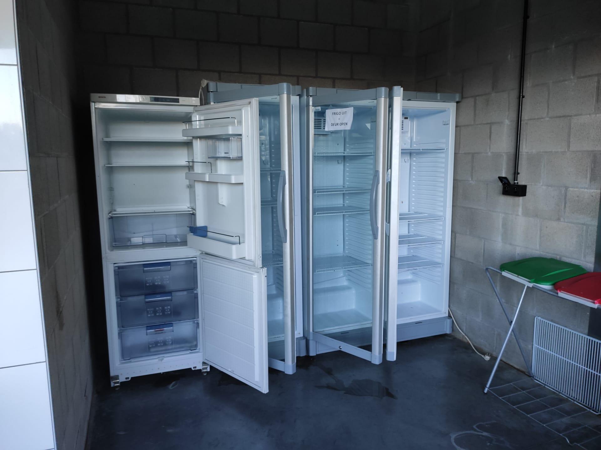 keuken (3doorzichtige frigos en 1 combo-frigo-vriezer)