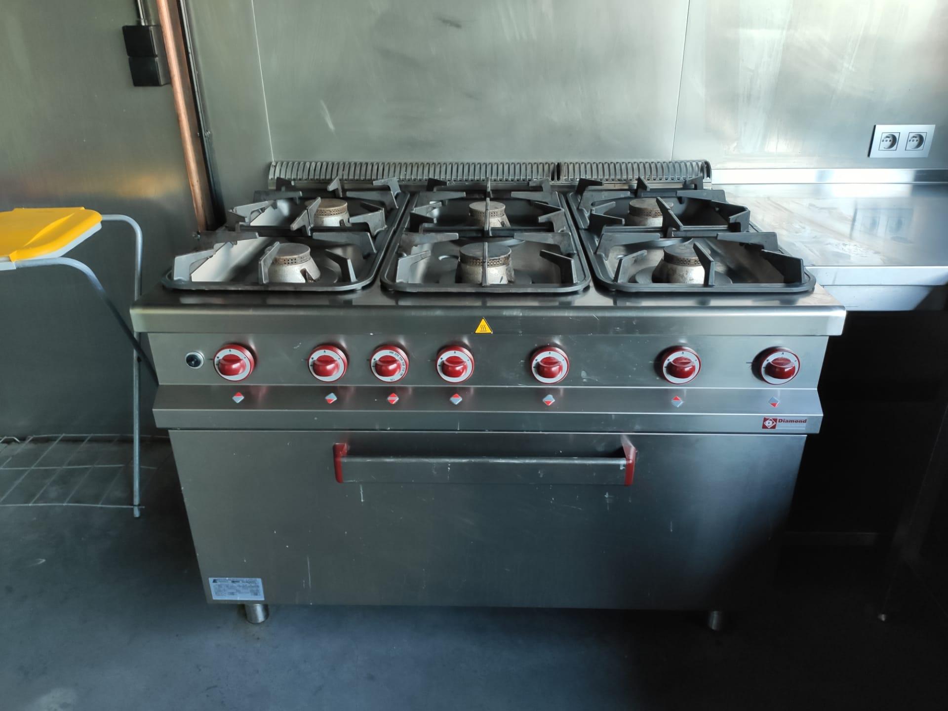 keuken (6 gasbekkens en ruime gasoven)